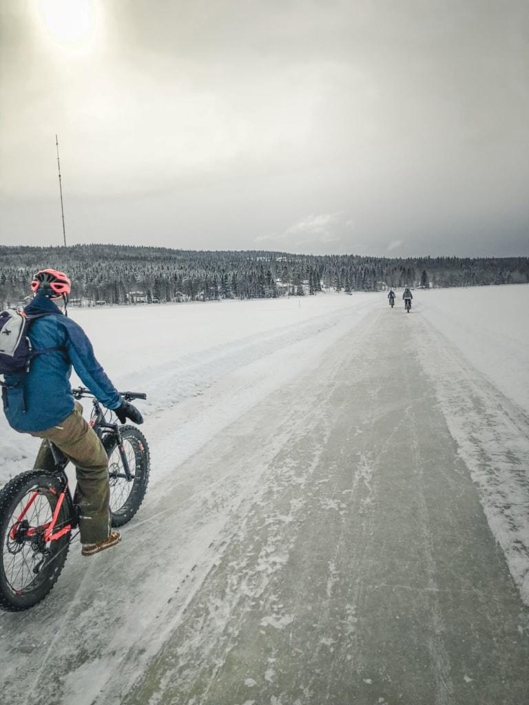 Fatbikefahrer in Finnland