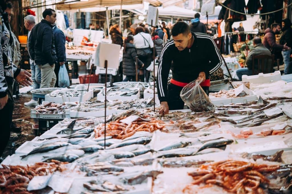 Verkäufer am Fischmarkt Neapel