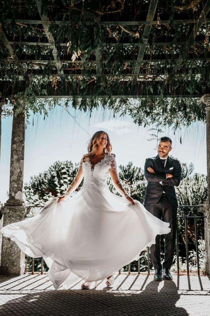 Hochzeitspaar auf Veranda