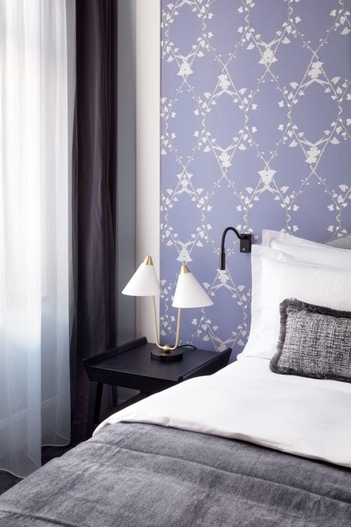 Bett im Zimmer des Hotel Tortue in Hamburg