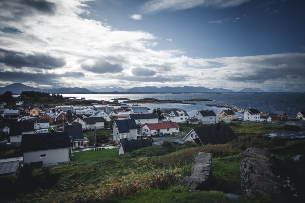 Bud ist ein kleines, typisches Dorf entlang der Atlantic Road in Norwegen.