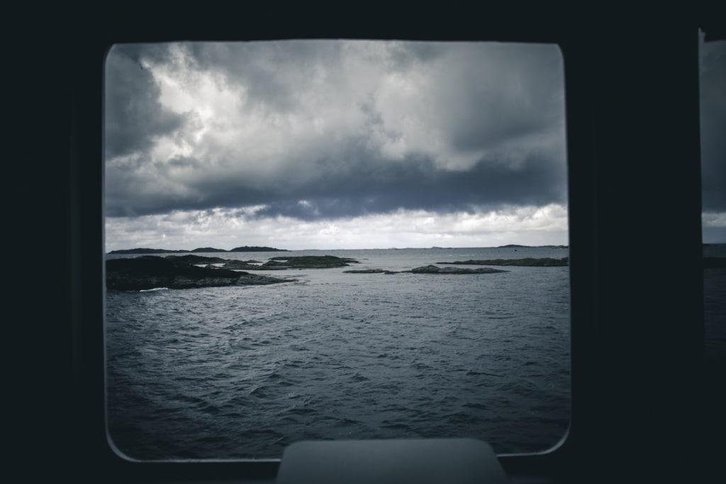 Auf der Atlantic Road in Norwegen muss leider auch mit Regen gerechnet werden – doch die unzähligen Regenbögen entschädigen.