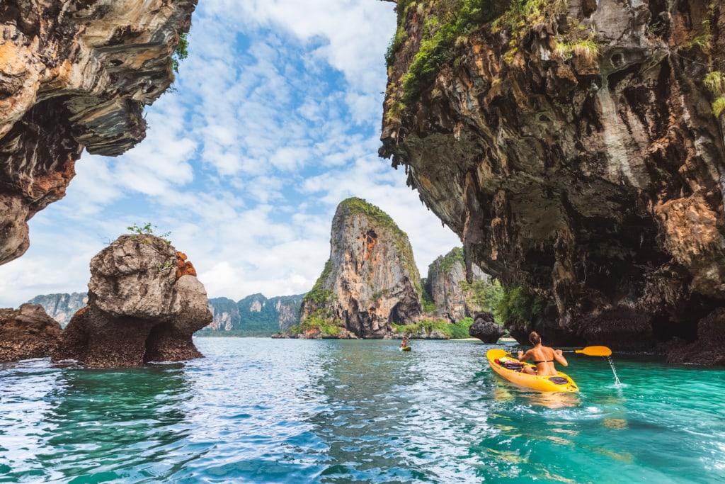 Von Kuh Klang, Thailands autofreier Insel, ist es nicht weit zu den berühmten Zwillingsfelsen von Krabi.