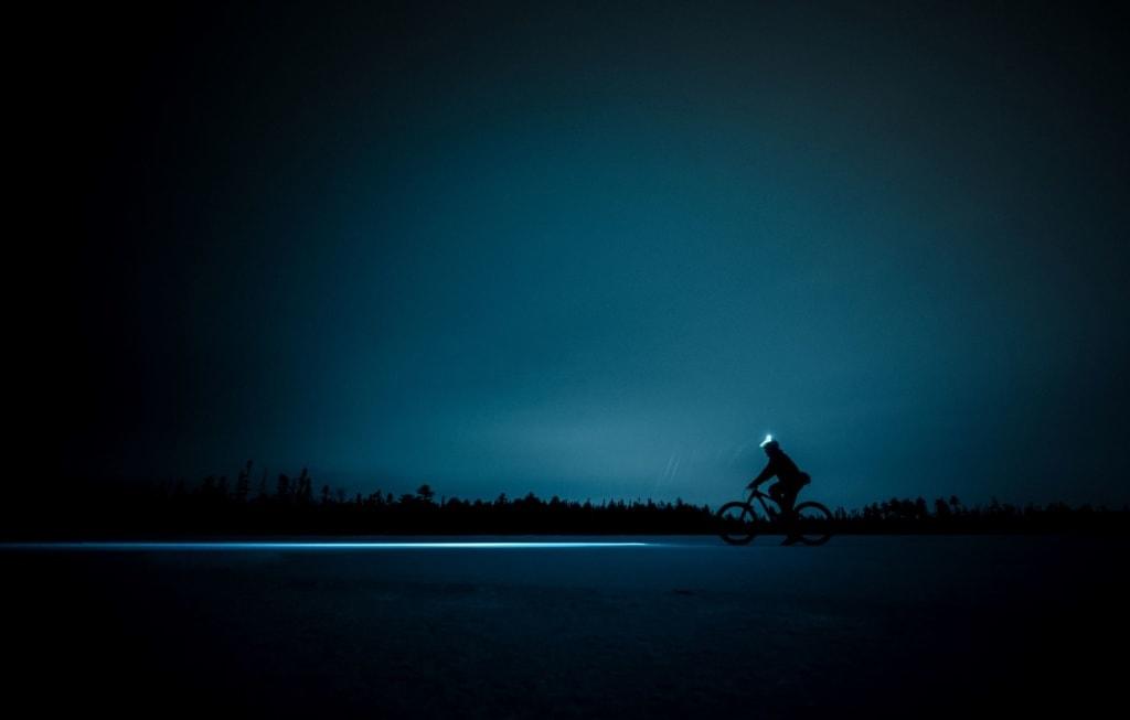 MTB-Biker in der Nacht