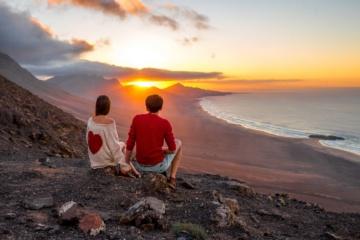 Pärchen beim Sonnenuntergang am Cofete-Strand auf Fuerteventura
