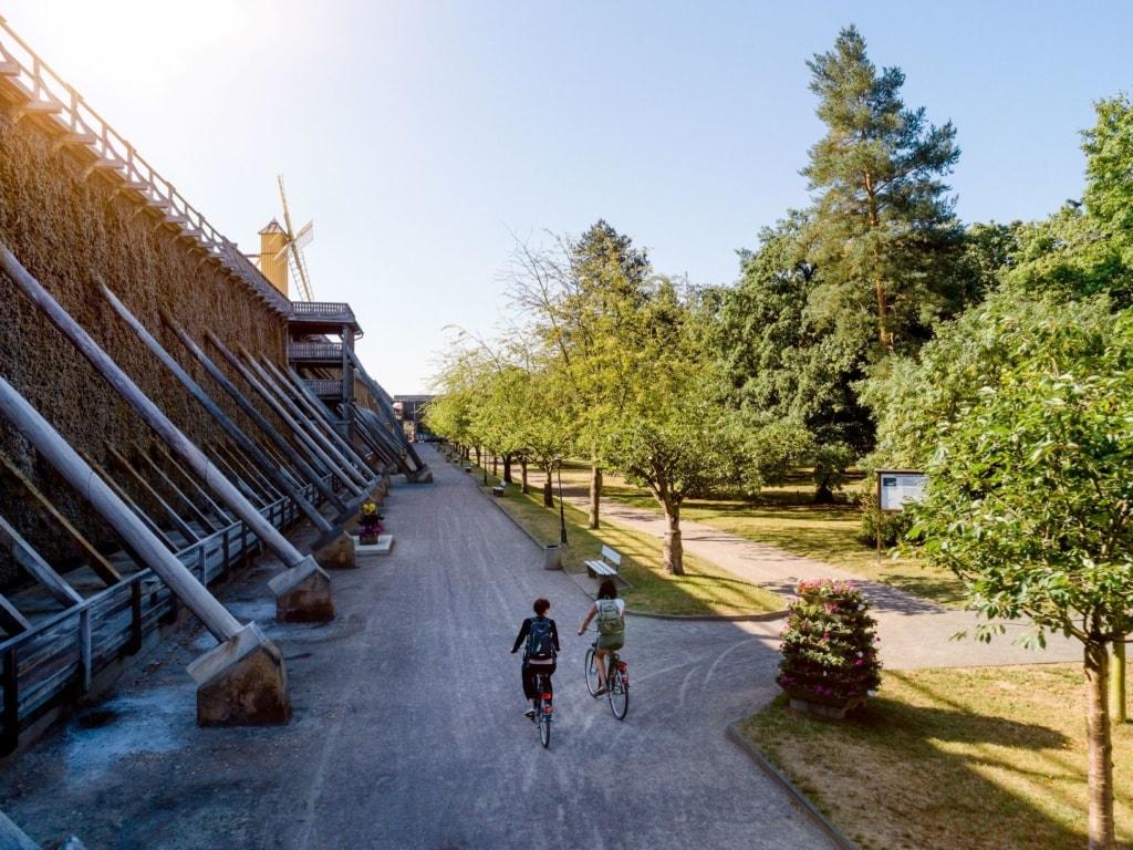 Radfahrerinnen Gradierwerk Bad Dürrenberg