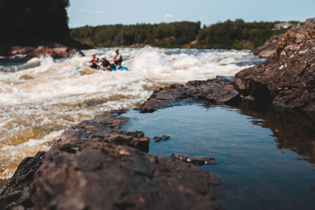 Action in Schwedens Natur: Rafting auf dem Fluss