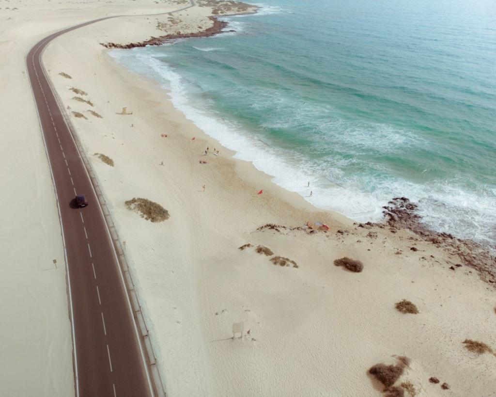 Strand und Straße auf Fuerteventura
