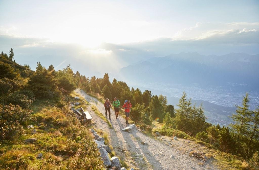 Wanderer auf dem Innsbruck Trek Zirbenweg Patscherkofel