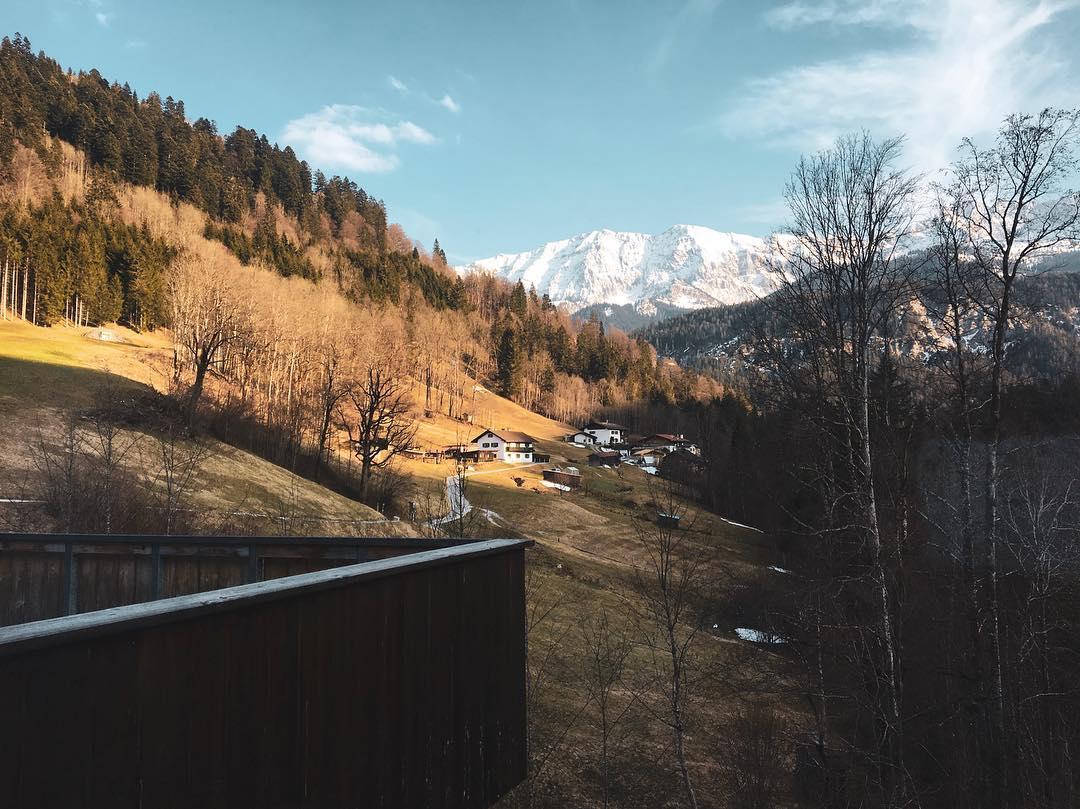 Es war Liebe auf den ersten Blick! Redakteurin Linda @gold_gelb ist nicht nur von der Aussicht auf die Berge entzückt, auch das Hotel @das_graseck möchte sie nicht mehr verlassen. Ein charmantes, familiengeführtes Hotel mitten in den Bergen. #damüsstihrhin #reportervorort #travelgram #passionpassport #bergliebe #mountain #wandern #mountainlovers #travel #garmischpartenkirchen #bayern #welivetoexplore #hoteltest