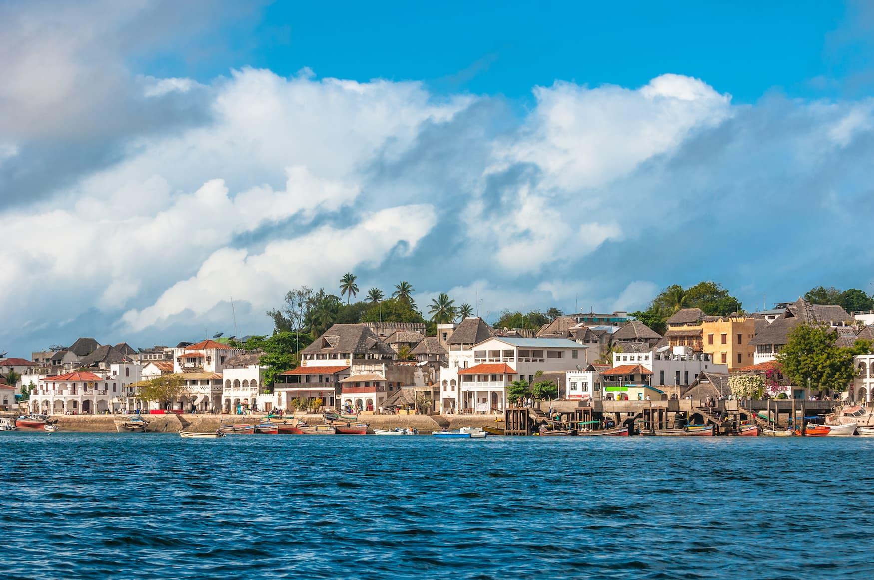 Blick auf die Stadt in Lamu Island vom Wasser aus