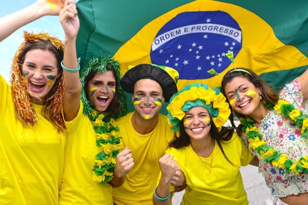 Junge Brasilianer mit Flagge des Landes