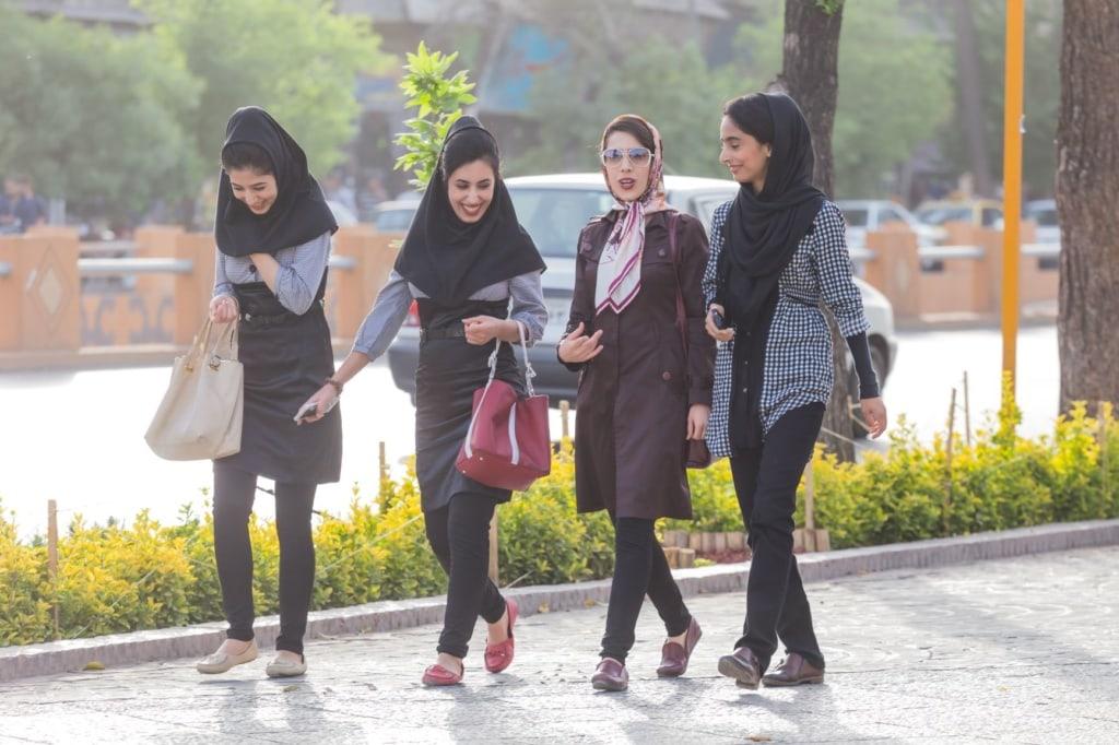 Junge Frauen im Iran spazieren auf Bürgersteig