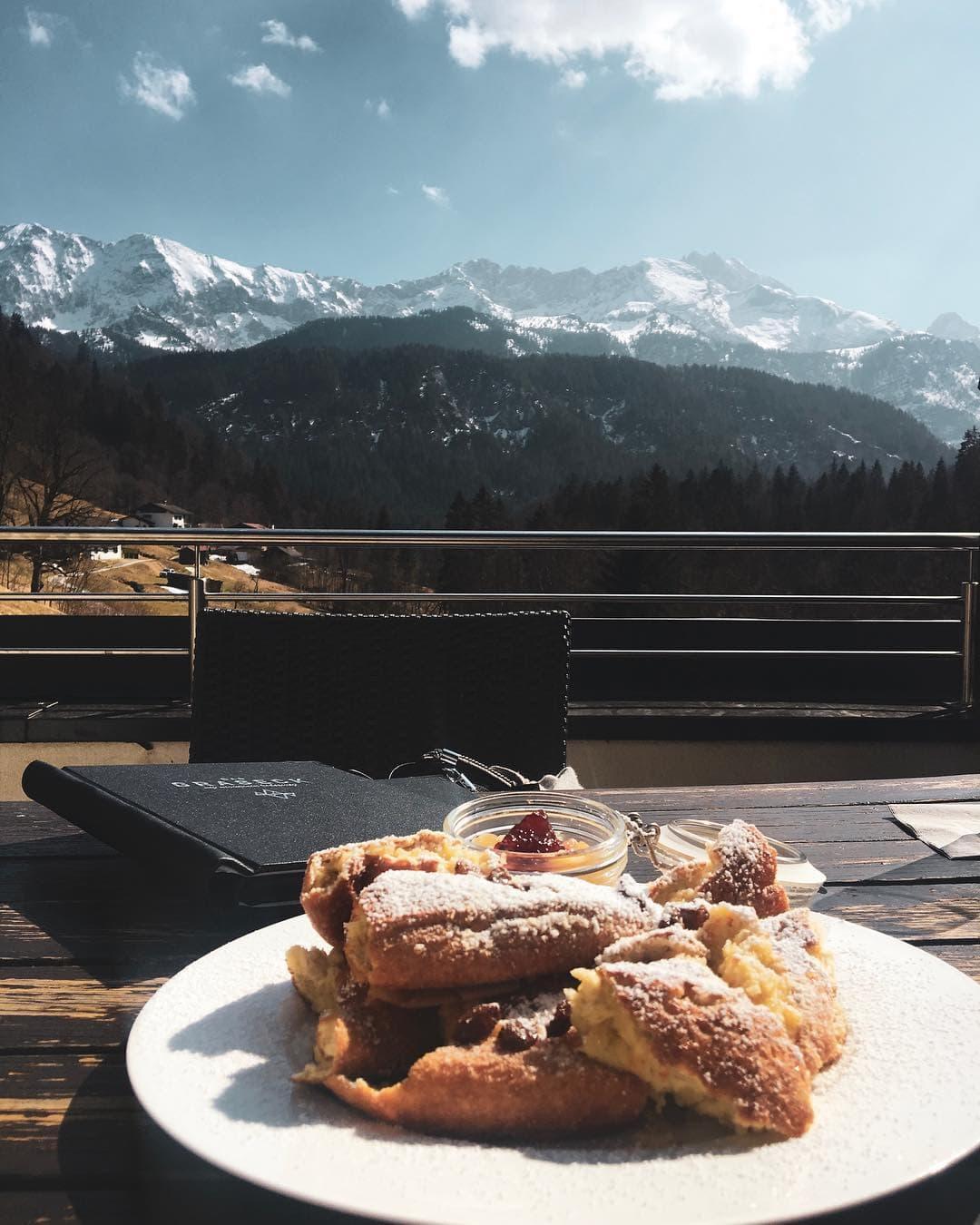 Kaiserschmarrn with a view. 🏔 Geschmacklich und landschaftlich dürfte diese Szenerie kaum zu übertreffen sein. Redakteurin Linda @gold_gelb is(s)t jedenfalls glücklich im @das_graseck. #garmischpartenkirchen #bayern #hoteltest #mountainlovers #welivetoexplore #reportervorort #foodporn #passionpassport #travelgermany #travel