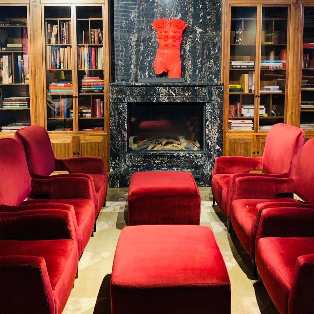 Lieblingsrückzugsort von @aspirinia im @alabrigahotel war die rote Bibliothek. Können wir verstehen! #interior #hotelreview #reportervorort #spanien #españa