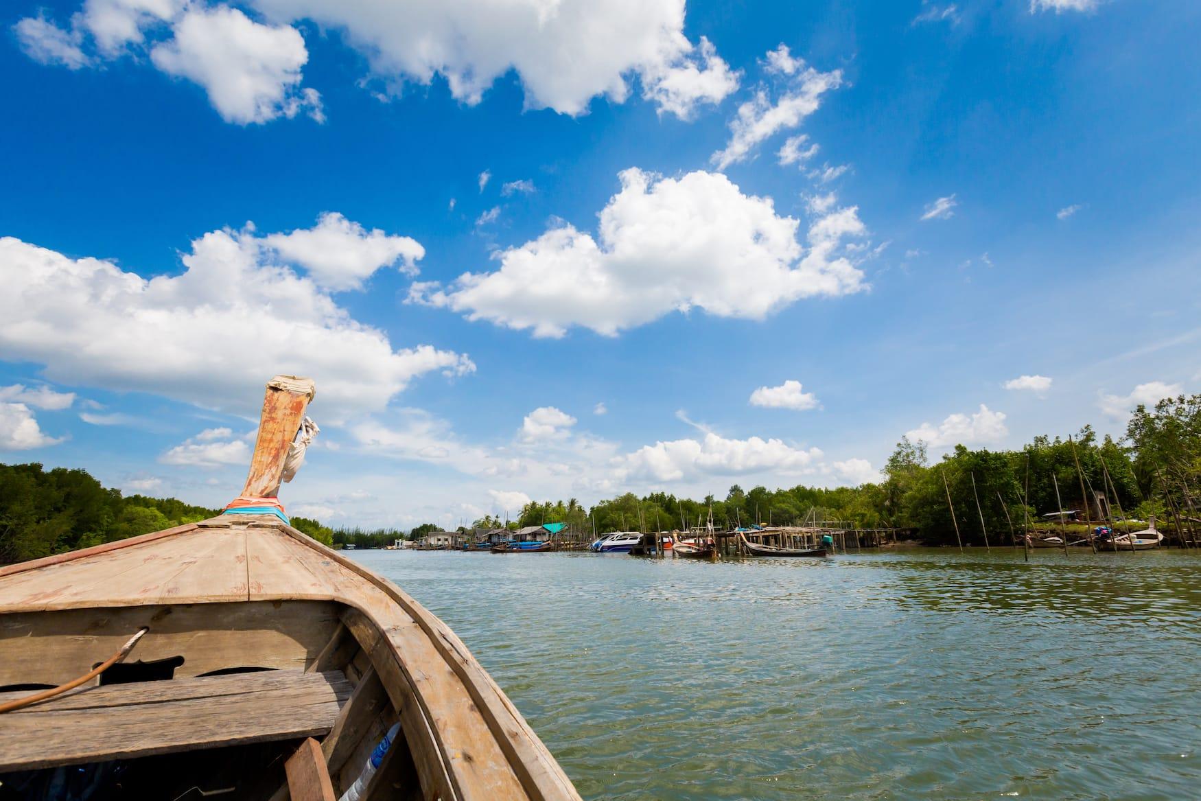 Longtailboot fährt Richtung Koh Klang Insel in Thailand