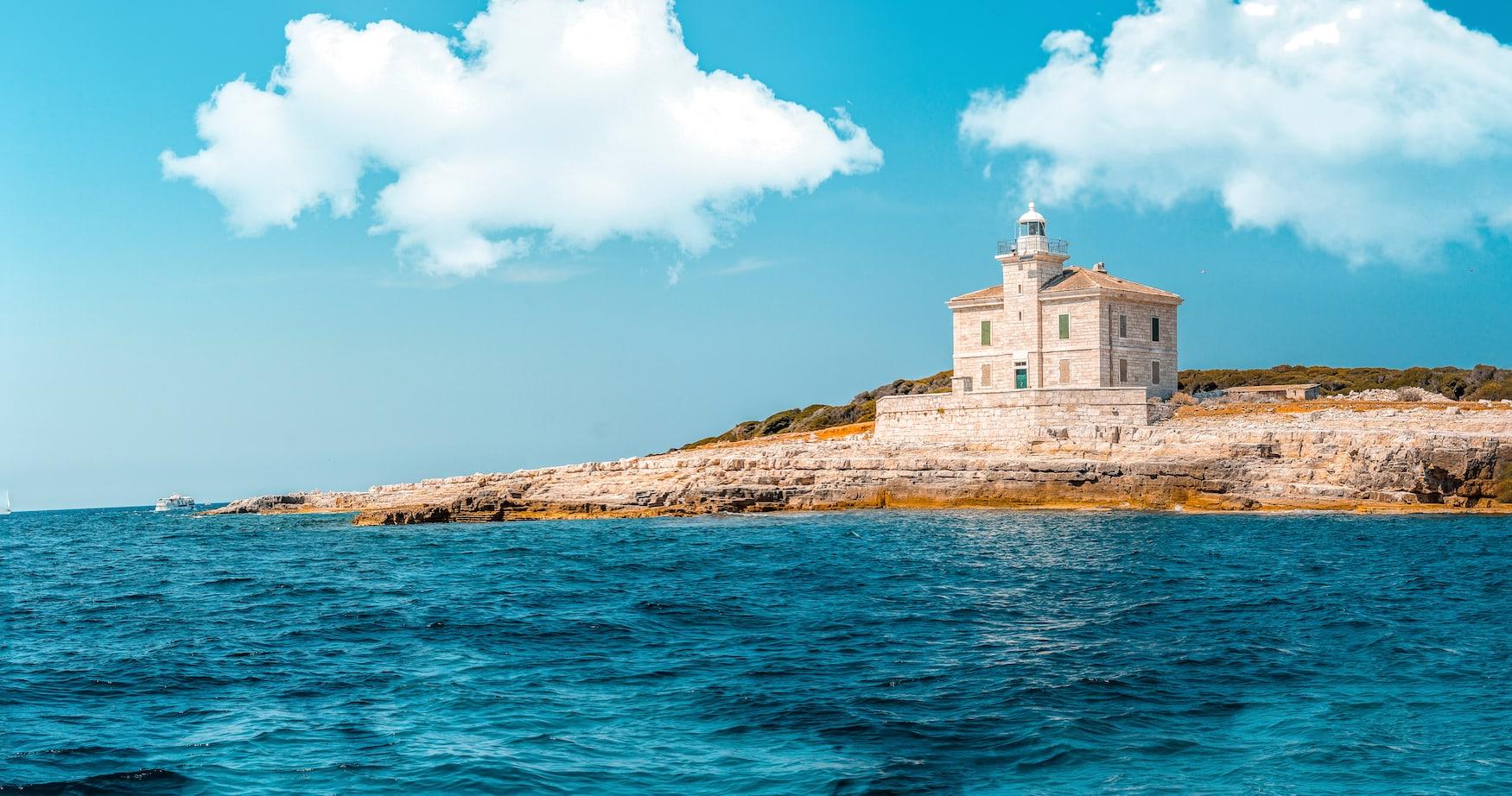 Küstenlinie der Brijuni Insel in kroatien auf den Leuchtturm