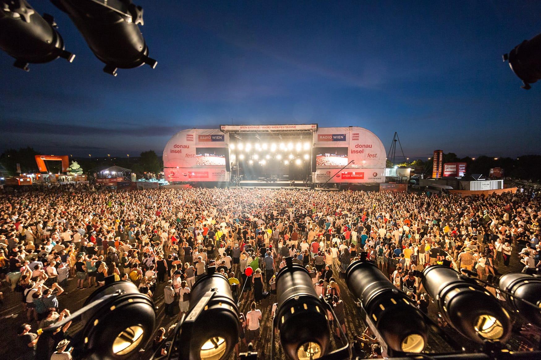 Menschenmenge vor Bühne auf Donauinselfest in Wien