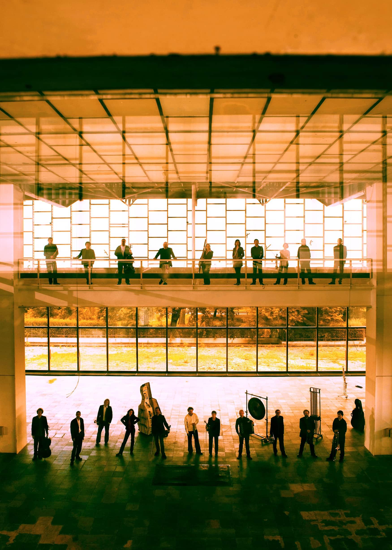 Musiker in orangenem Gebäude in Wien