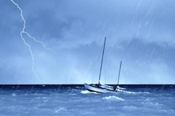 Boot auf dem Meer im Sturm