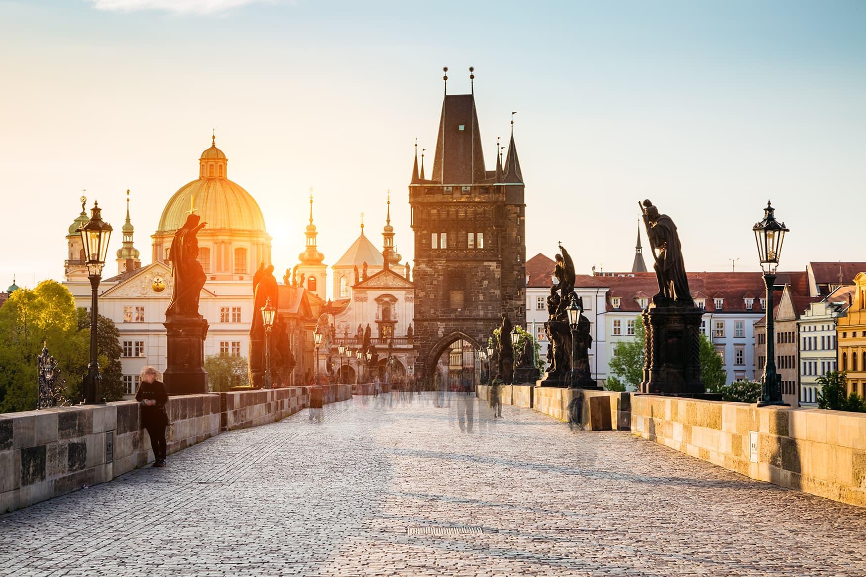 Karlsbrücke in Prag bei Dämmerung