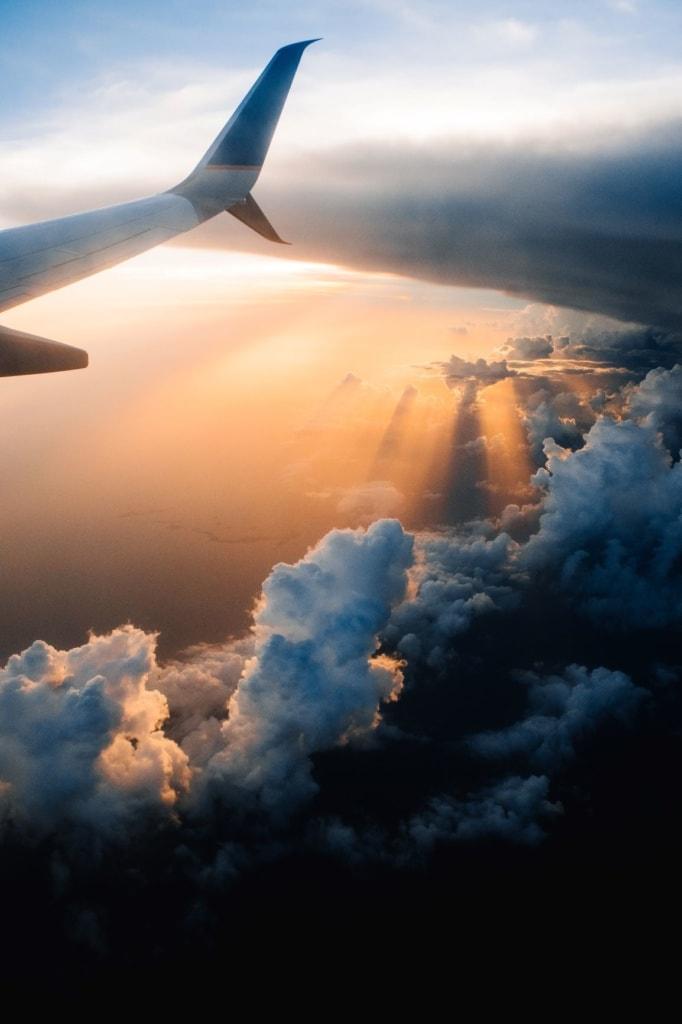 Flugzeug-Flüge über den Wolken