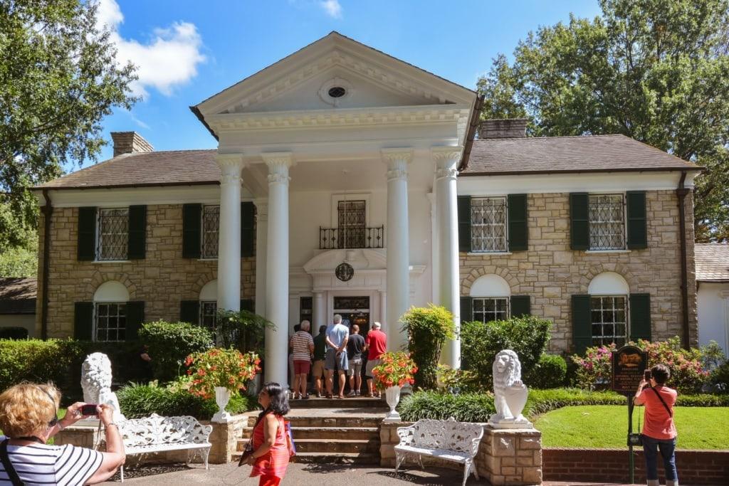 Touristen vor dem Graceland-Haus in Memphis