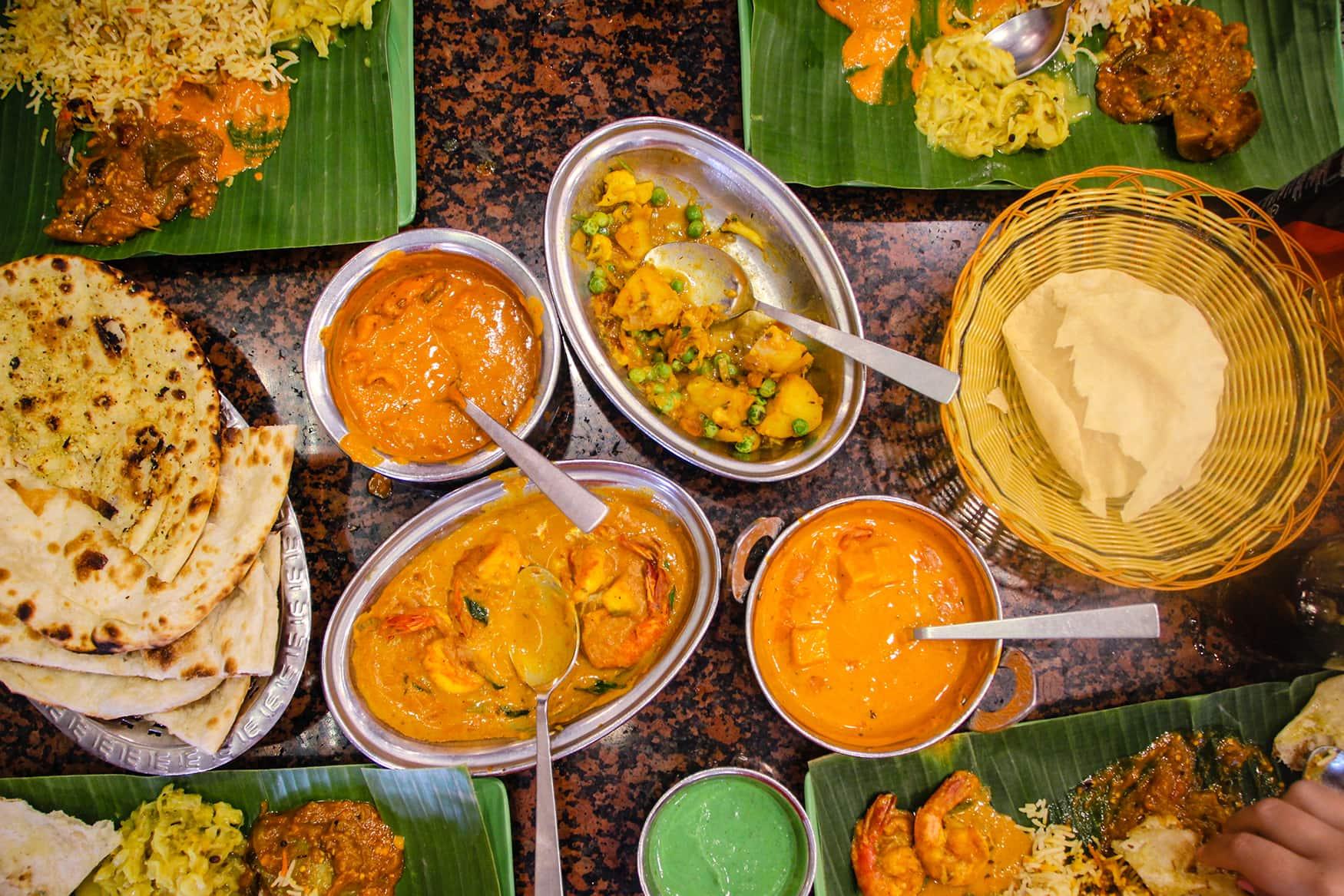 Verschiedene Currys in indischem restaurant in Singapur