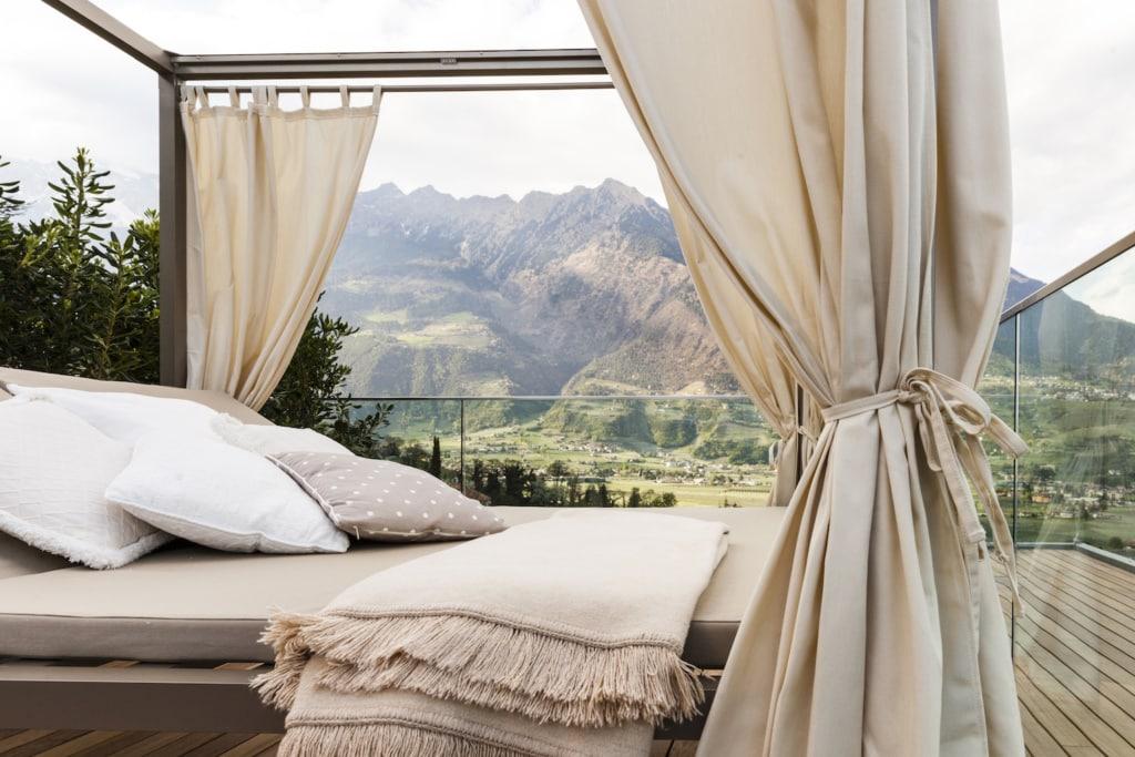 Die begrünte Dachterrasse des familiengeführten Hotels Giardino Marling bietet einen Dachpool und einen atemberaubenden Blick.