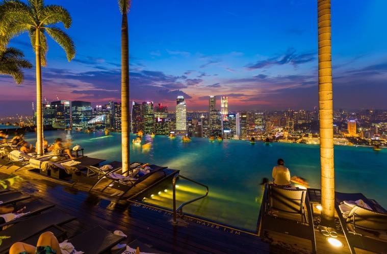 Hotelpool des Marina Bay Sands auf die Skyline der Stadt bei Nacht