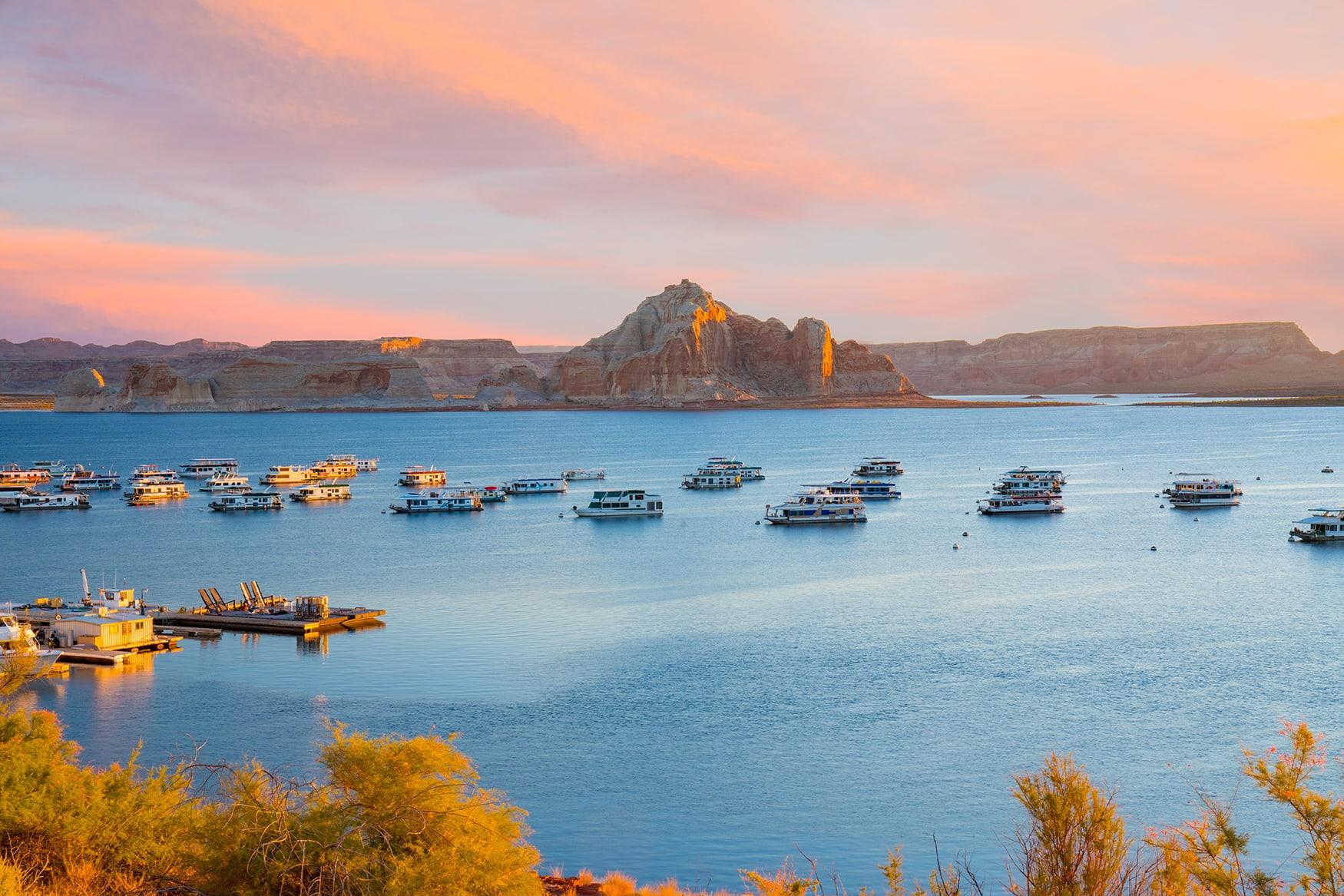 Hausboote auf dem Lake Powell in den USA bei Dämmerung