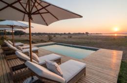 Nach dem morgendlichen Game Drive lässt es sich im Pool des Chikwenya Luxus-Camp von Wilderness Safaris in Simbabwe prima entspannen.
