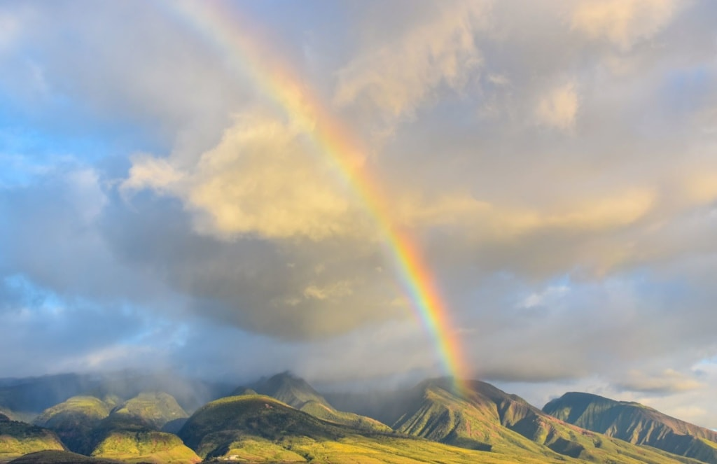 Regenbogen über den Bergen Mauis auf Hawaii