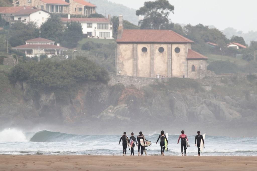 Surfer am Strand von Mundaka