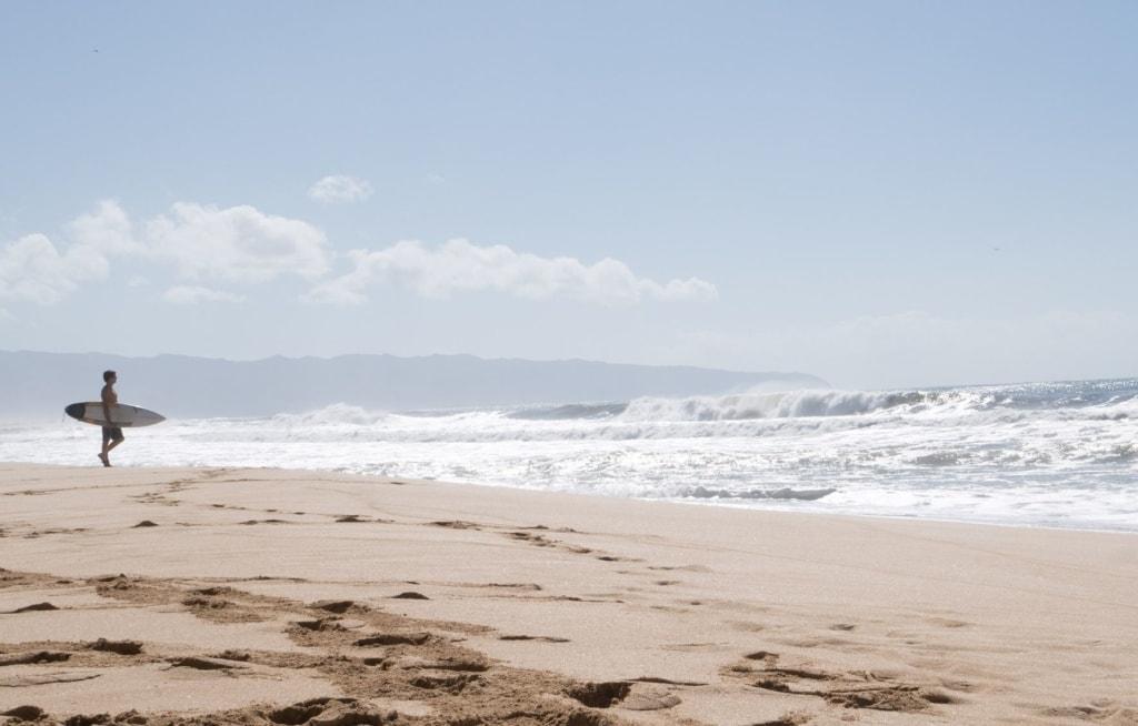 Hawaii-Inseln: Surfer am Strand auf Oahu
