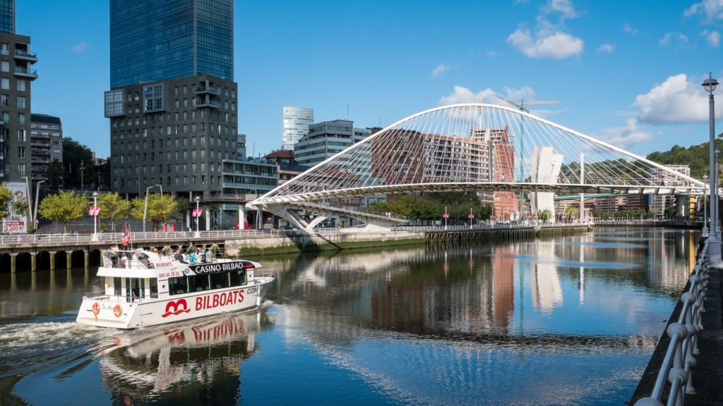 Touristen-Ausflugsboot in Bilbao