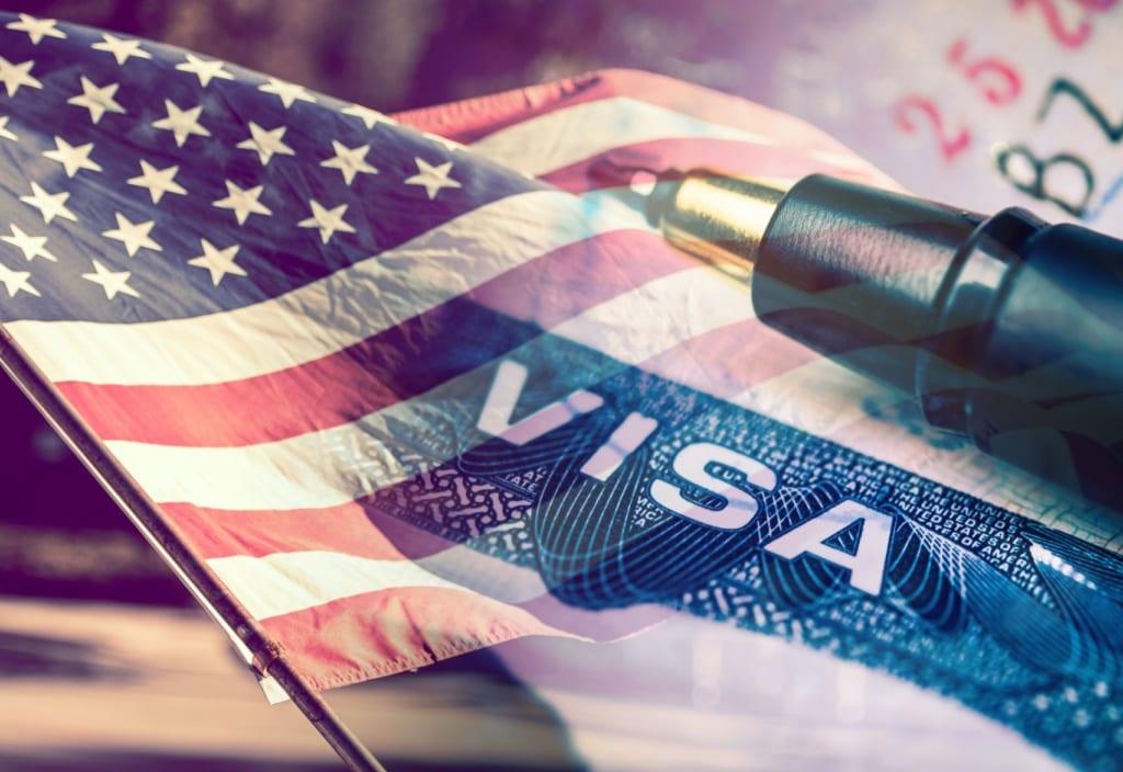 USA-Flagge mit Visa-Logo und Kugelschreiber