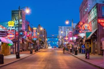 LED-Schilder auf Beale Street in Memphis bei Nacht