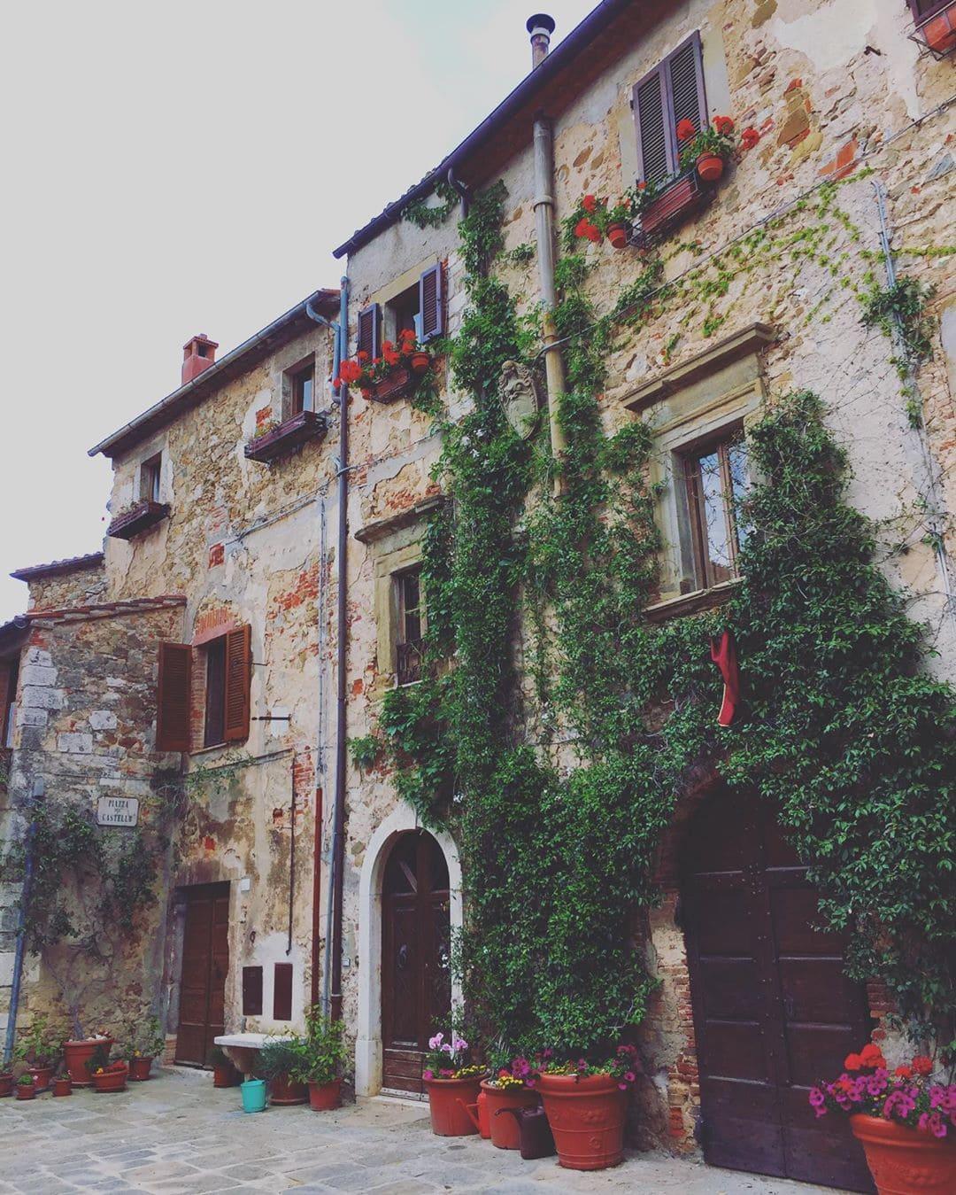 Hach – die Dörfer der Toskana sind einfach romantisch. @marie.worldwild war auf einen Abstecher in Italien. #bellaitalia #toskana #spaziergang #oldbutgold #comewithme #passionpassport #traveldeeper #italiengehtimmer #travel #montemerano #traveling #reporterontour #reisenexclusiv