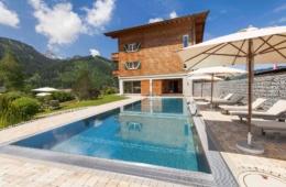 Im Genießerhotel Hohenfels dürfen Gäste sich auf den beheizten Außenpool mit Bergeblick freuen.