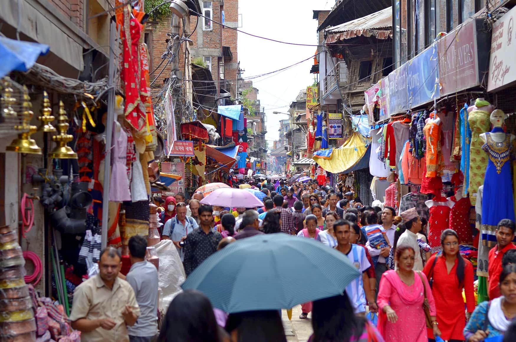 Belebte Straßen in der nepalesischen Hauptstadt Kathmandu