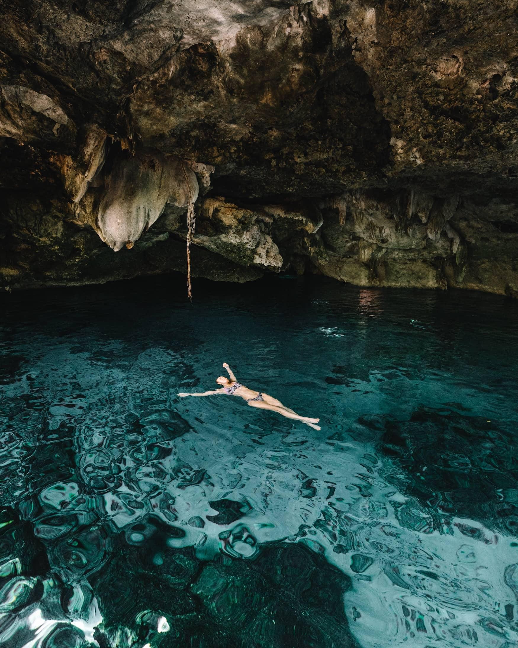 Frau schwimmt in Cenote in Mexiko