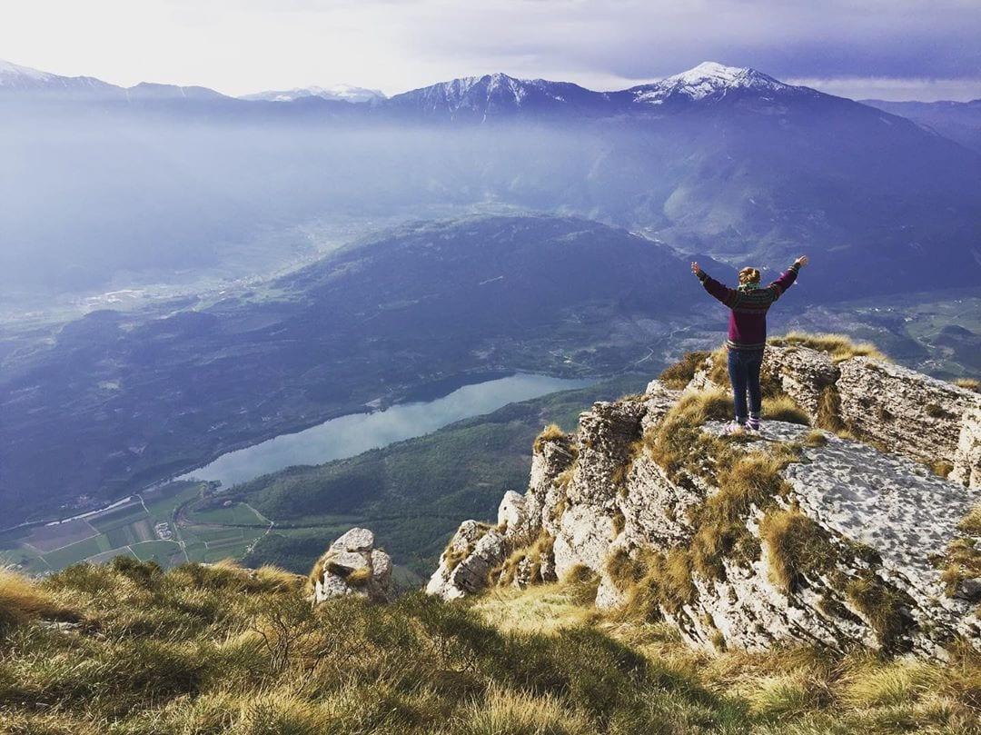 Redakteurin @marie.worldwild wandert im Alpenparadies in Italien. Bei diesem Ausblick sind wir ein kleines bisschen neidisch. #gardasee #alpen #bergeliebe #travelwithme #comewithme #traveldeeper #passionpassport #bellaitalia #summit #alpenglück