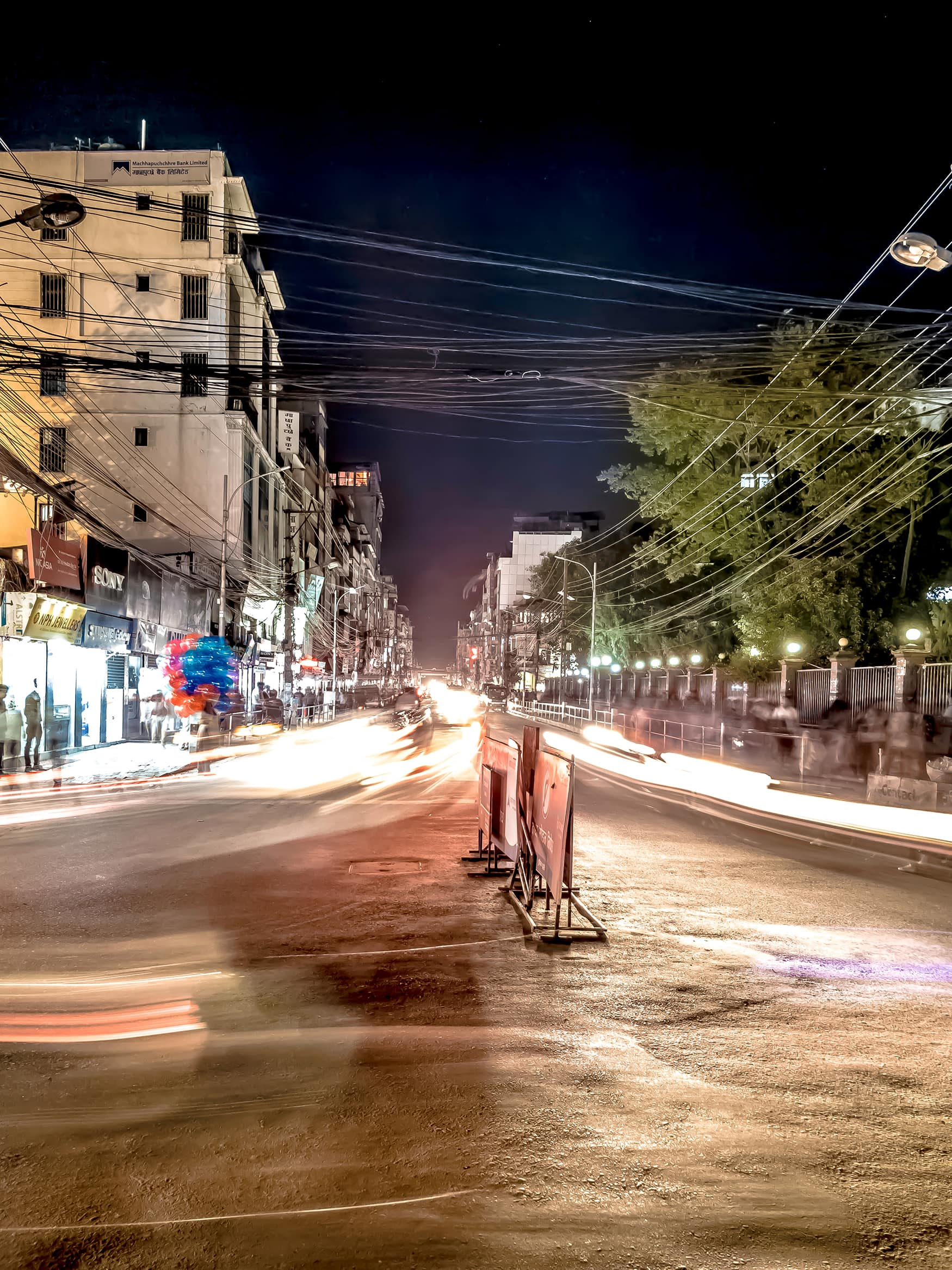 Verkehr bei Nacht in Kathmandu
