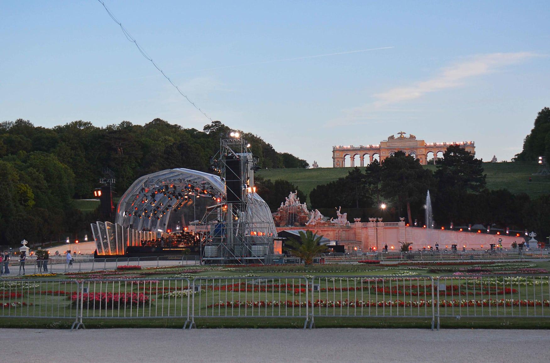 Kulisse und Bühne des Sommernachtkonzertes in Wien