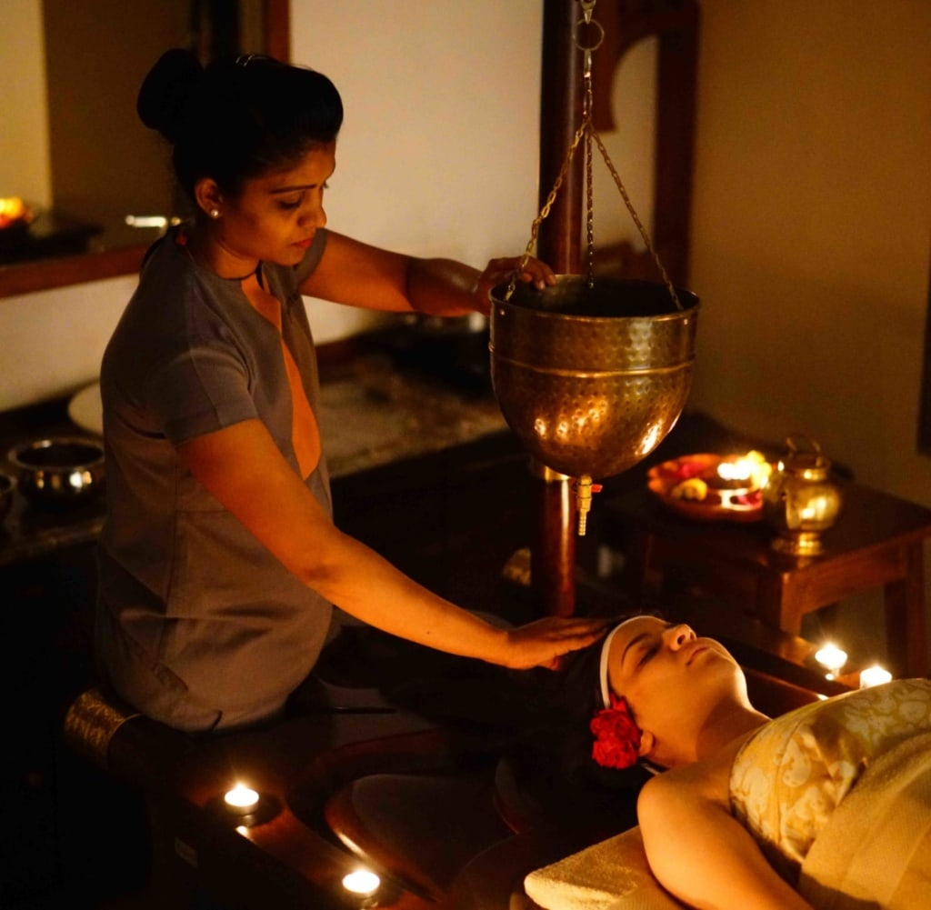 Im Atmantan Wellness Resort in Indien ließ sich unsere Autorin mit einer Stirngussmassage verwöhnen.