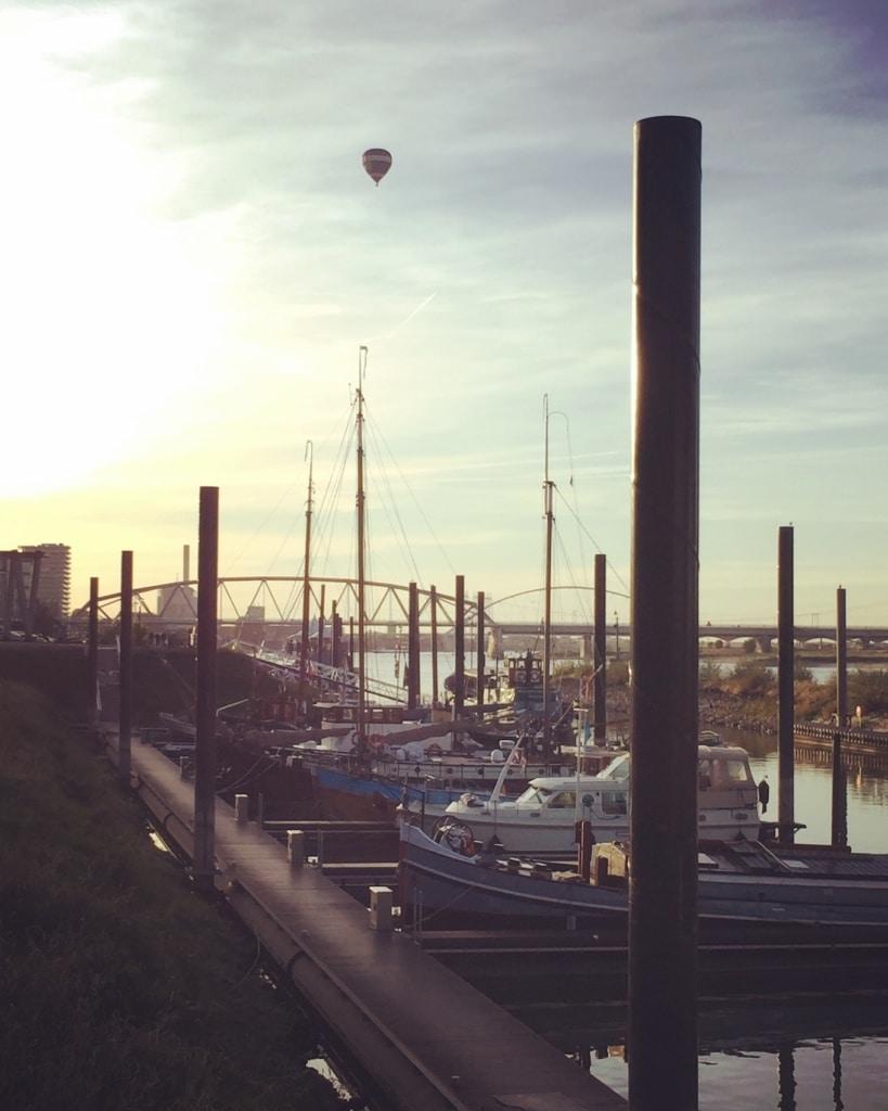 Wenn in Nimwegen die Sonne im kleinen Hafen untergeht, ist der beste Ort für eine Sundowner eines der kleinen Hausboote-Capes.