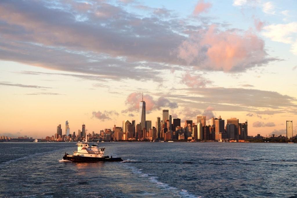 Schiff vor der Skyline New York