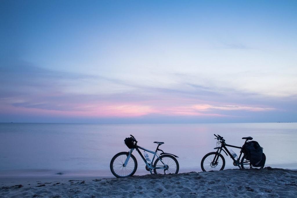 Fahrräder stehend am Strand