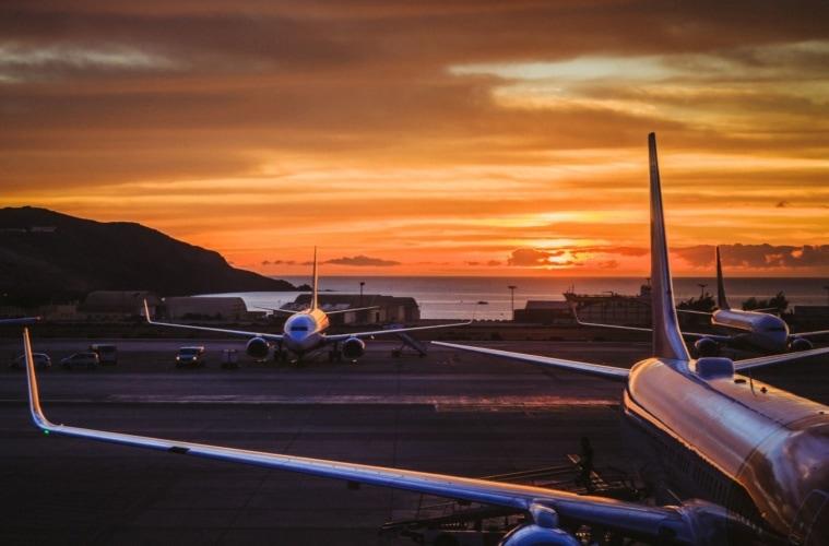 Flugzeuge auf Rollfeld auf Gran Canaria